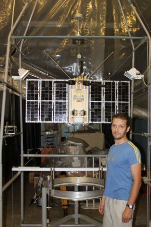 Сотрудник компании Спутникс Стас Карпенко на стендовых испытаниях системы ориентации