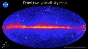 Вселенная в гамма-диапазоне. Полоса в середине - плоскость Млечного пути, яркие точки - сверхновые, черные дыры и пульсары (space.com)