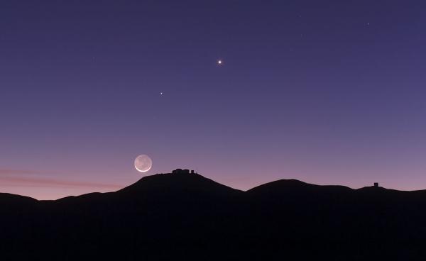 Луна над обсерваторией (eso.org)