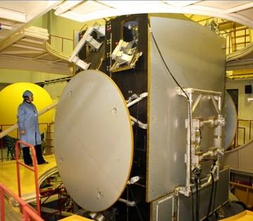Специалисты ИСС испытывают «TЕЛКОМ-3» (Фото — roscosmos.ru)