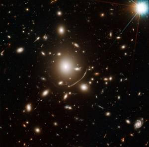 Часть скопления Abell 383, на снимке видно искажение света (wikipedia.org)