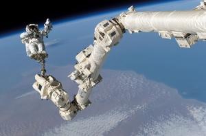 Астронавт С. Робинсон на руке Канадарм2 (Фото - http://en.wikipedia.org)