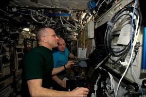 Космонавты за работой (nasa.gov)
