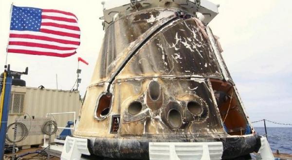 Космический аппарат после приводнения (news.softpedia.com)
