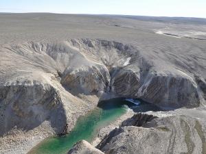 Река в районе кратера (space.com)
