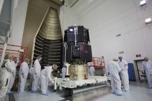Подготовка к загрузке аппаратов в ракету-носитель (nasa.gov)