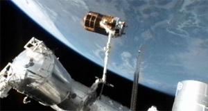 Аппарат в хватке канадской руки (space.com