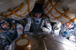 Готовые к полету космонавты в корабле Союз (space.com)