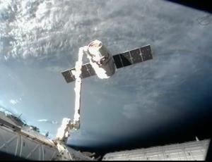 Корабль отводится от станции (space.com)