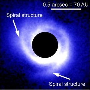 Спиральные рукава около заблокированного аппаратурой телескопа диска звезды (space.com)