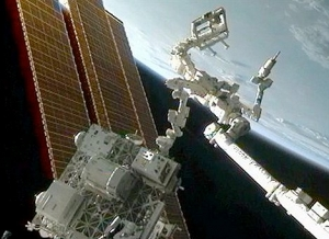 Модуль RRM, удерживаемый двумя роботами (nasa.gov)