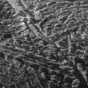 Полосы, из которых вырываются струи льда (universetoday.com)