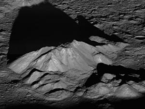 Тени в кратере Тихо (space.com)