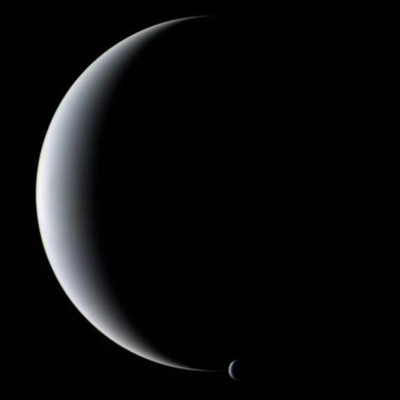Тритон и Нептун. Снимок Вояджера 2 (space.com)