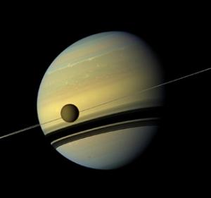 Титан на фоне Сатурна (ucsc.edu)