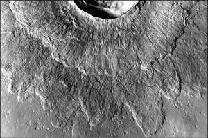 Претерпевший сход ледника кратер (space.com)