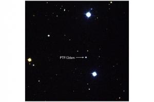 Издалека взрыв не кажется таким ярким, но ведь расстояние до него составляет 1.6 миллиарда световых лет (space.com)