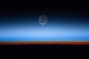 Атмосфера Земли и Луна с борта МКС (space.com)