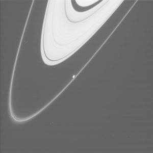 Кольца Сатурна и луна Прометей (newscientist.com)