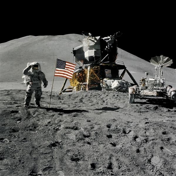 Астронавт Джеймс Ирвин 1 августа 1971 года. Справа - первый лунный ровер. (nasa.gov)