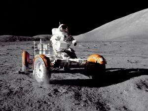 Командир экипажа Аполлона 17 Евгений Кернан, управляющий ровером. (nasa.gov)