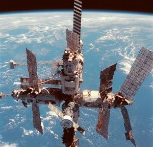 Столкновения с мусором сильно ухудшили работу солнечных панелей станции Мир. На правой панели хорошо видны места попадания мусора (wikipedia.org)