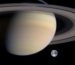 Сравнение Сатурна и Земли (wikipedia.org)