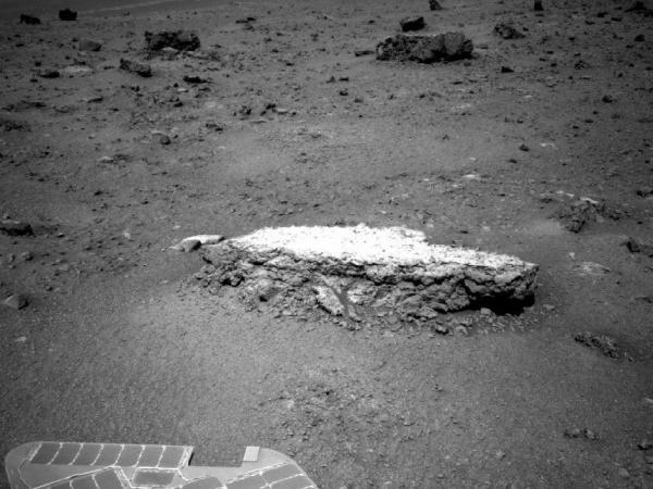 Фотография камня Тисдейл 2, сделанная при помощи навигационной камеры марсохода (nasa.gov)