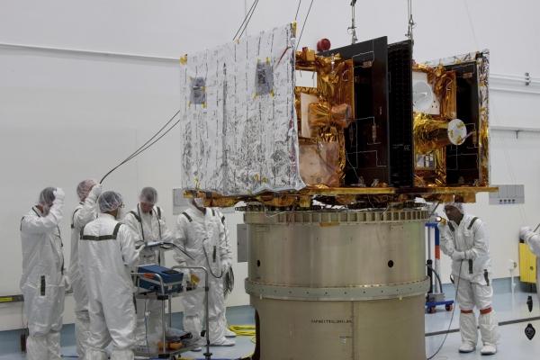 Зонды устанавливаются на платформу полезной нагрузки (nasa.gov)
