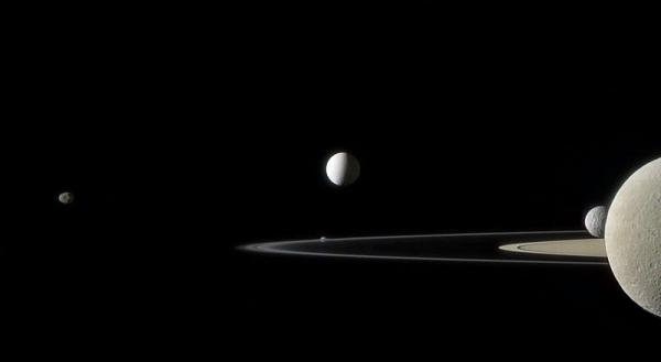 Энцелад (в центре), другие спутники Сатурна и его кольца (wikipedia.org)
