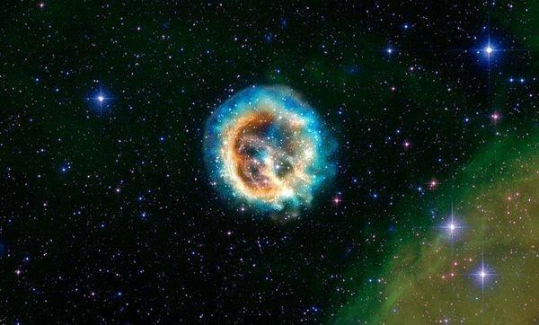 Изоюражение сверхновой 1E 0102.2-7219 в видимом и рентгеновсом диапазонах. Свет от сверхновых позволяет астрономам определить скорость расширения Вселенной (space.com)