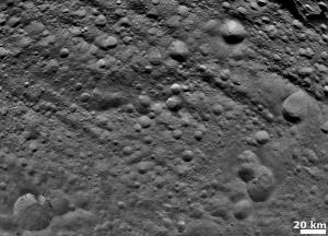 Поверхность Весты, покрытая кратерами (wikipedia.org)