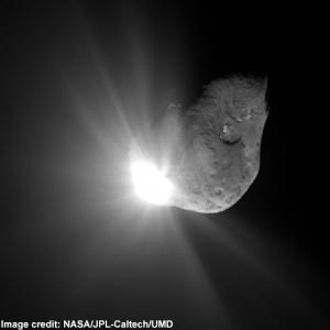 Комета Темпеля 1 через секунду после удара зонда (space.com)