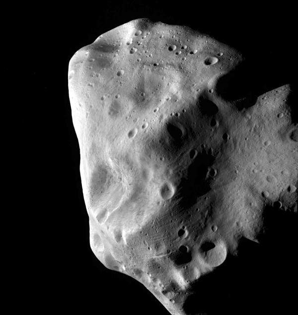 Астероид Лютеция, снятый Розеттой (eso.org)