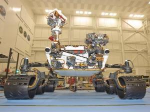Марсоход во время последних этапов тестирования в Лаборатории реактивного движения (space.com)