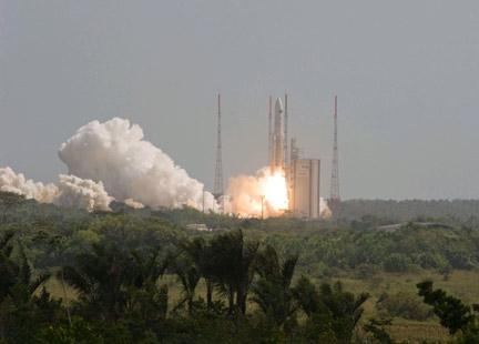Ракета-носитель Ариан-5 стартует с космодрома Куру во Французской Гвинее  (Фото — rfi.fr)