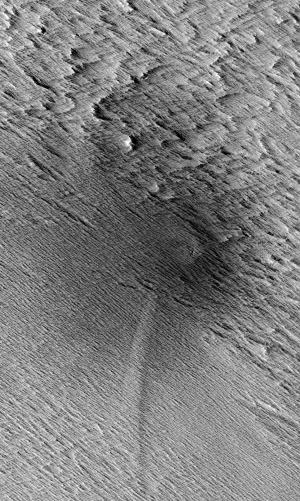 Полосы в ударном кратере на Марсе (space.com)