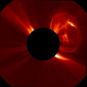 Корональный выброс массы на снимке SOHO (space.com)