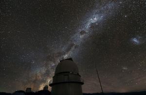 Млечный путь над датским телескопом ESO (eso.org)