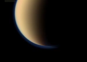 Разные цвета слоев атмосферы Титана видны на снимке Кассини (space.com)
